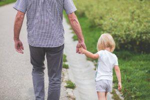 孫と元気に歩く